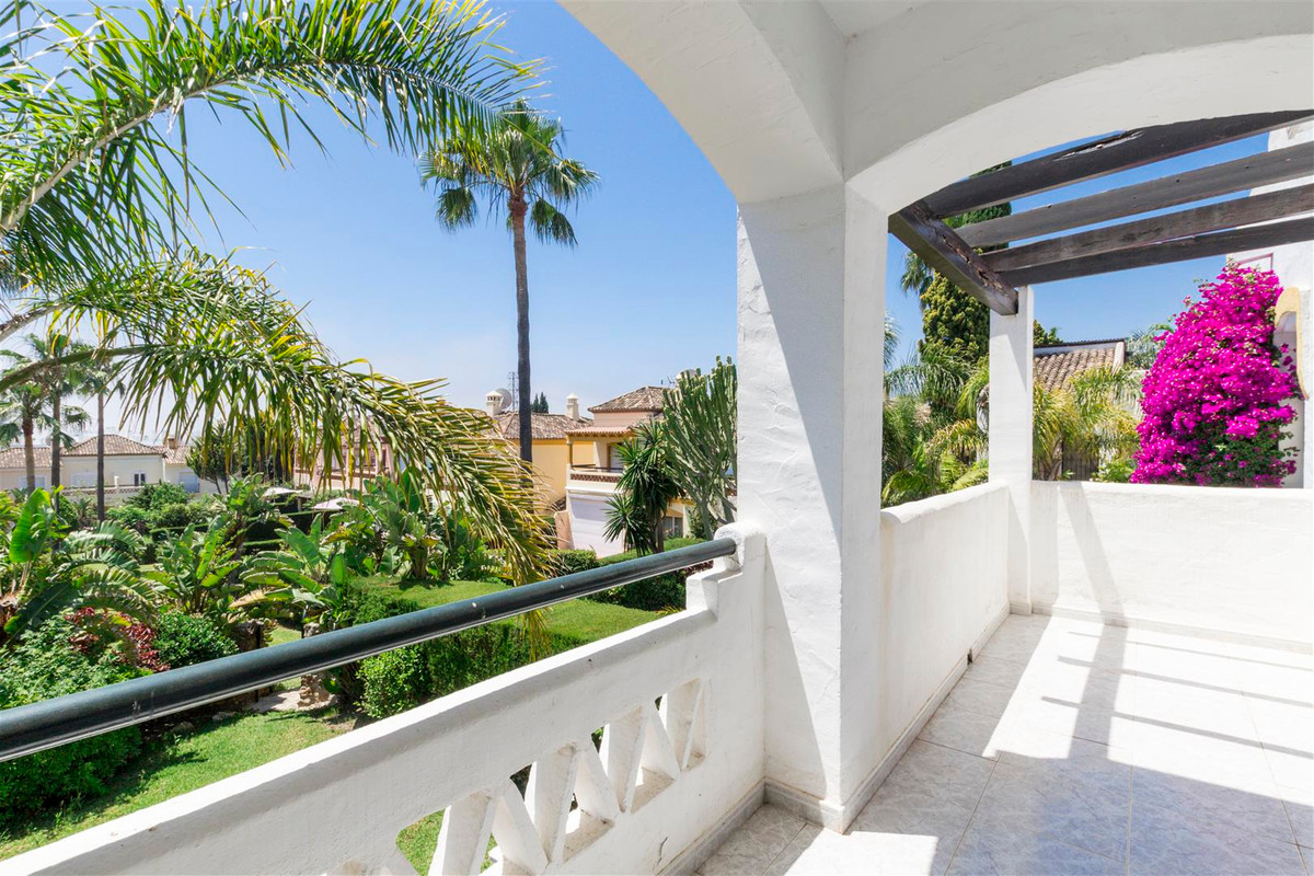 Ample 3-bedroom family home with a private garden located in a gated community of similar properties,Spain