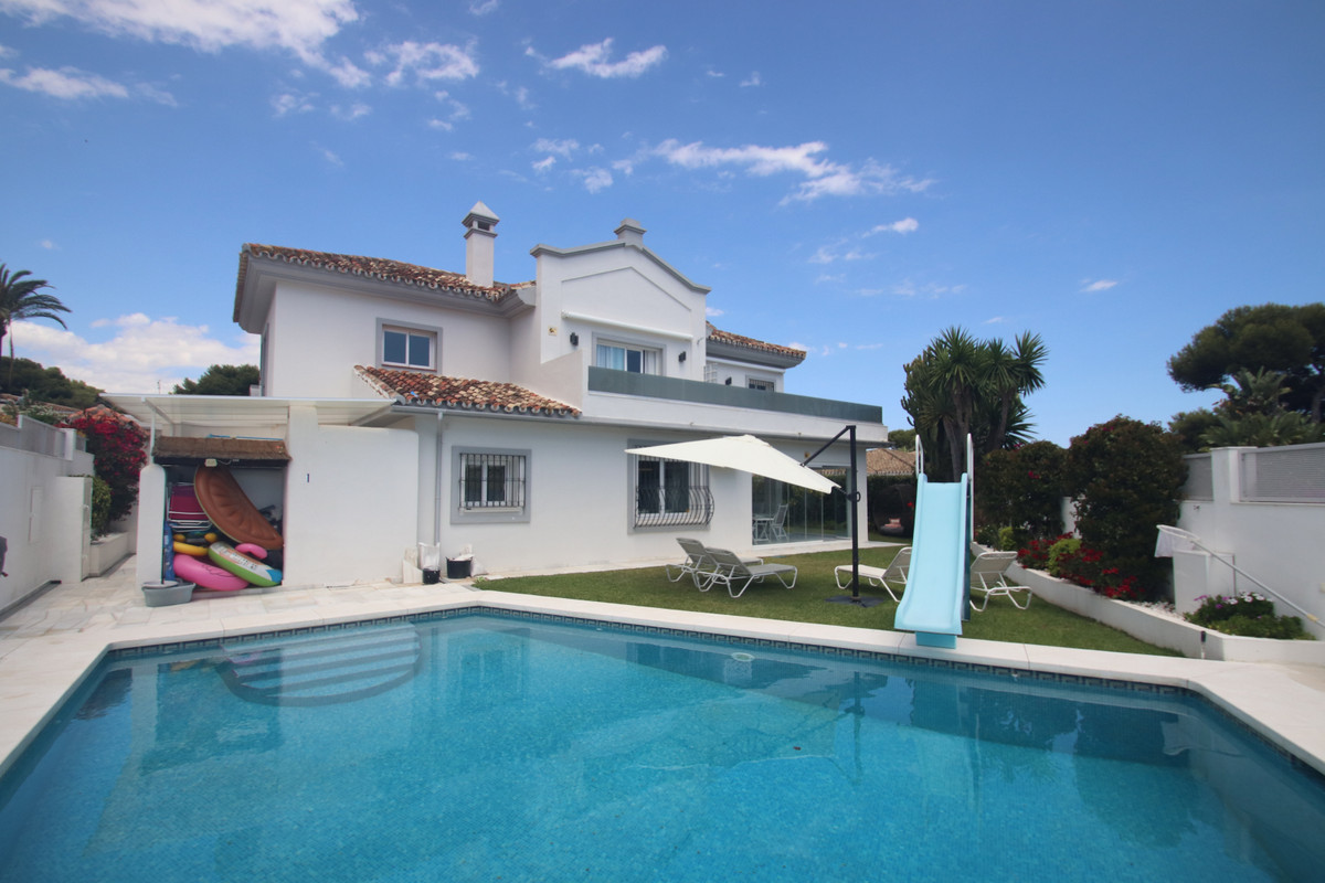 This amazing villa is located very close to the beach in the exclusive area of Los Monteros, 5 minut,Spain