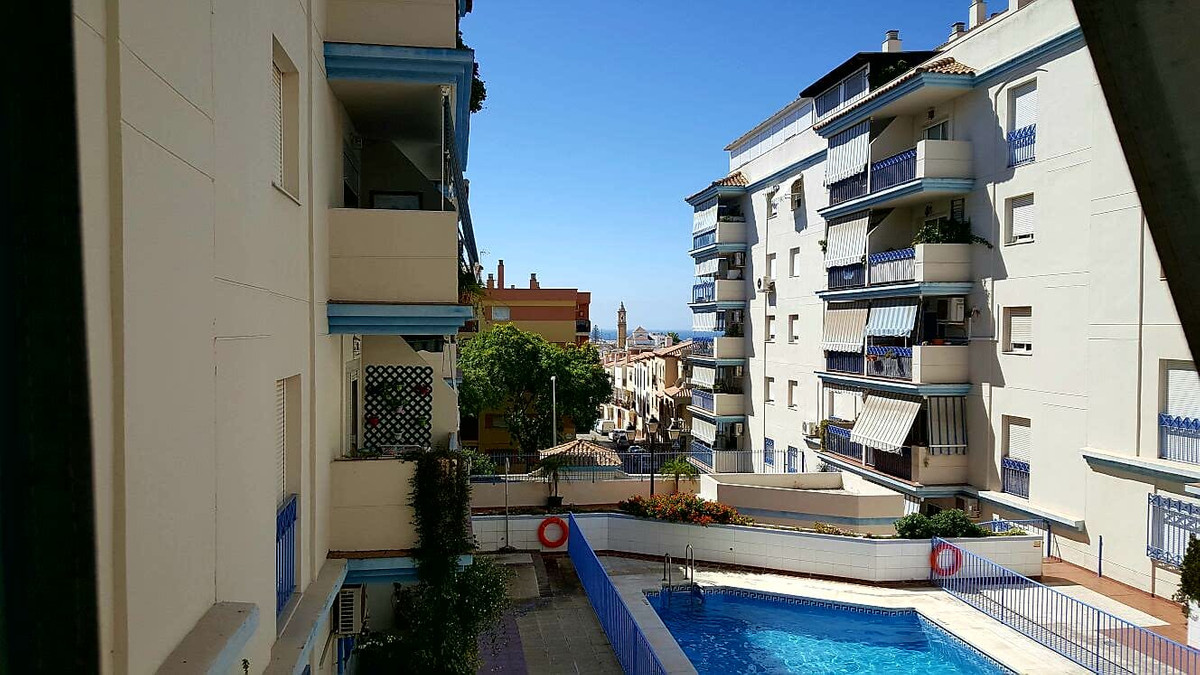 Great apartment in Estepona central with three bedrooms and two bathrooms, community pool, sea views, Spain