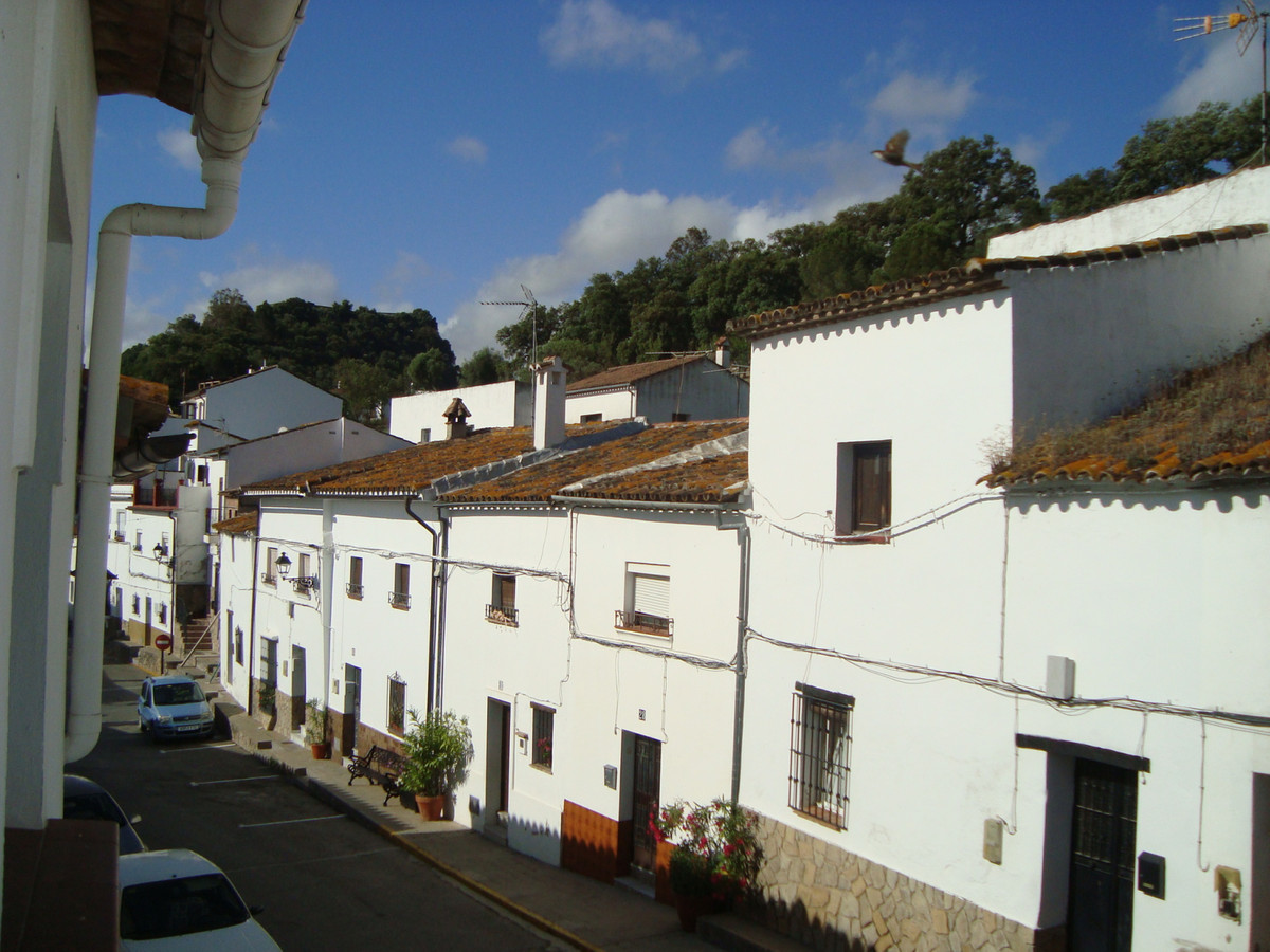 With the charm of the town houses, a fantastic house is sold in Jimena de la Frontera. Rehabilitated, Spain