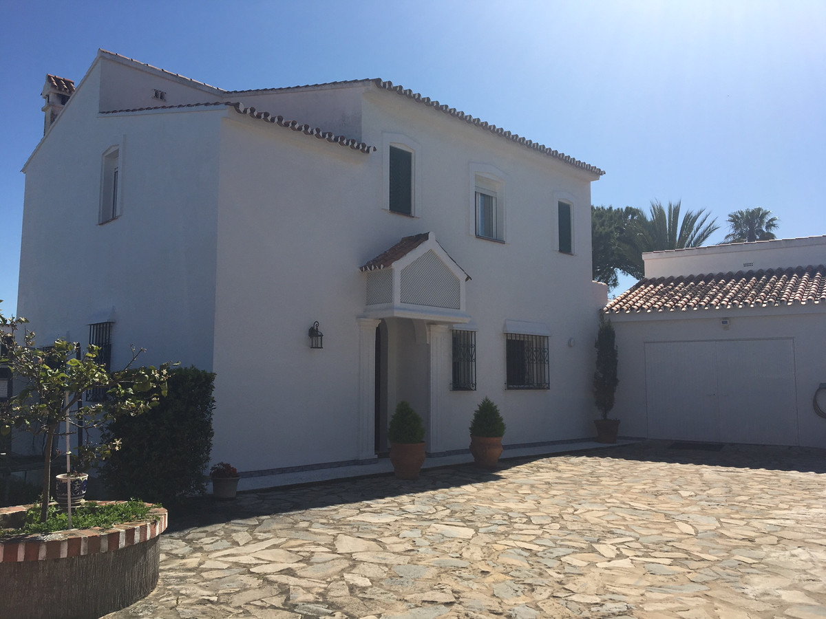 Magnificent villa in excellent condition in Pueblo Nuevo de Guadiaro. With a large kitchen and large,Spain