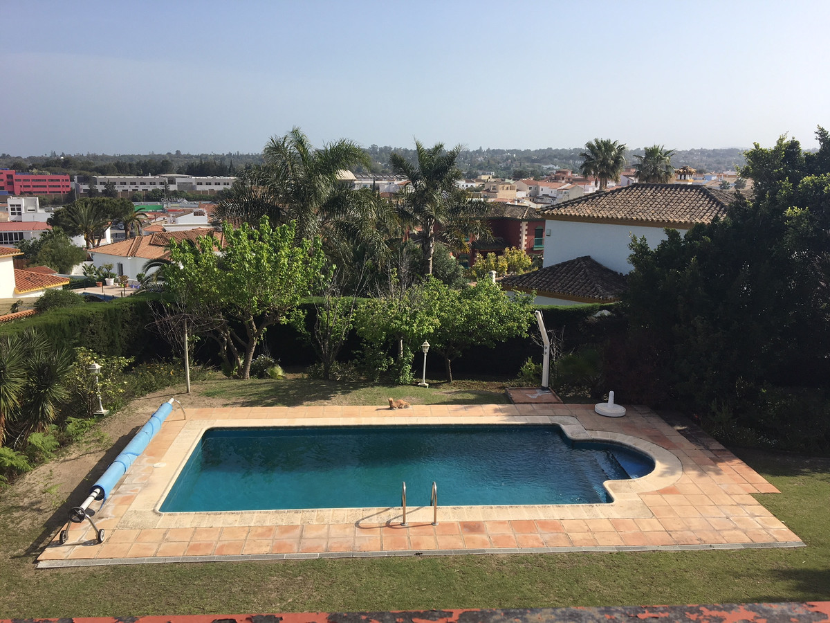 Magnificent house with private garden, pool and two bedrooms with separate toilets in the garden. Ex,Spain