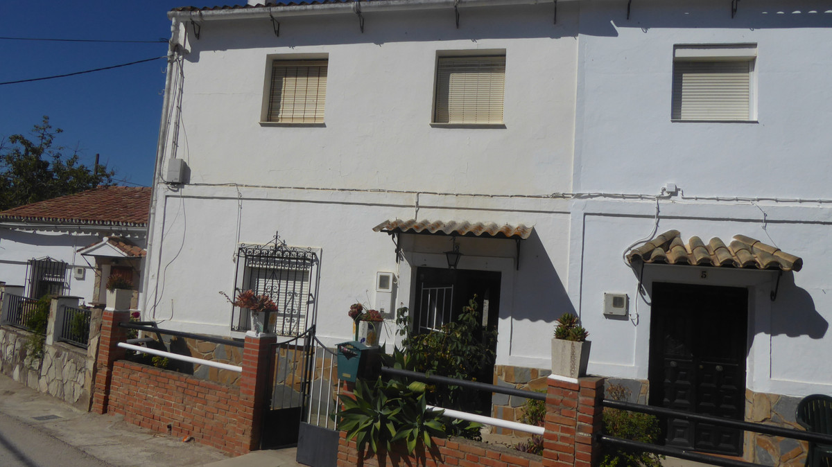 In the beautiful town of Jimena de la Frontera a great town house is sold, with fantastic views of t,Spain