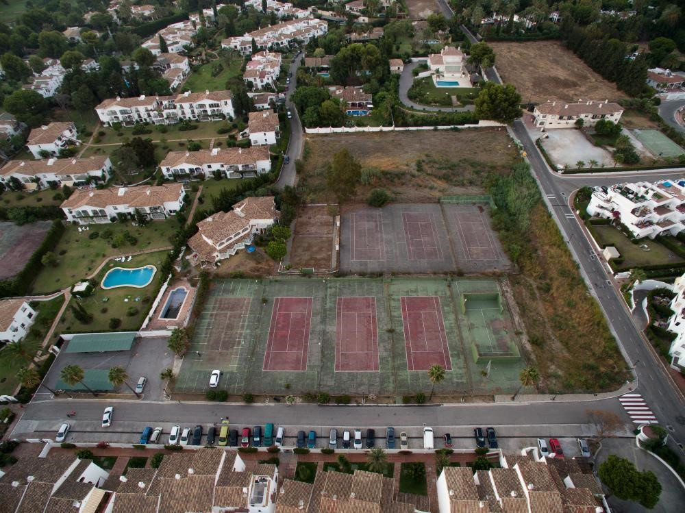 Development Plot to build 4 houses, plus Tennis Club & 9 Courts for refurbishing - Commercial Pl, Spain
