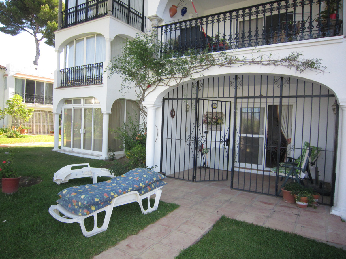 A large, spacious 2 bed, 2 bath ground floor apartment in the ever popular community of Patio Alcorn, Spain