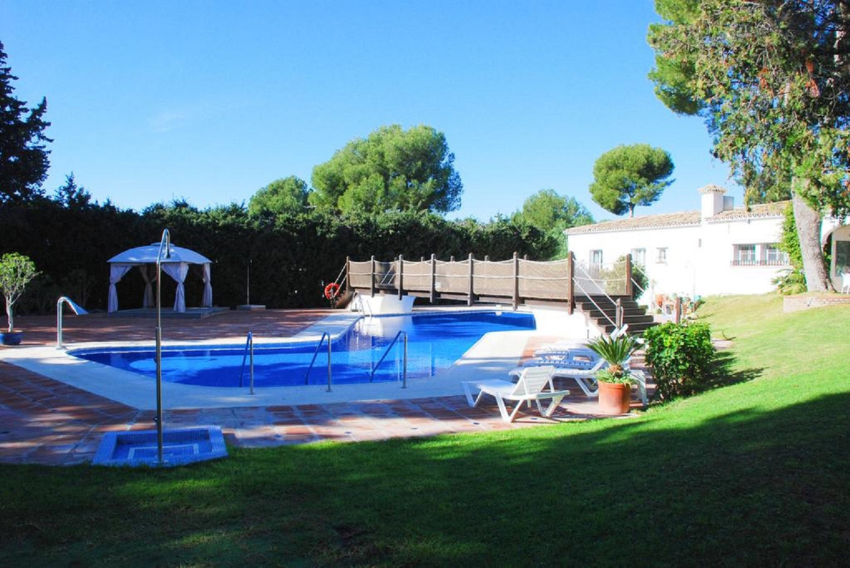 A spacious ground floor 1 bed apartment located in the established and popular community of Patio Al, Spain