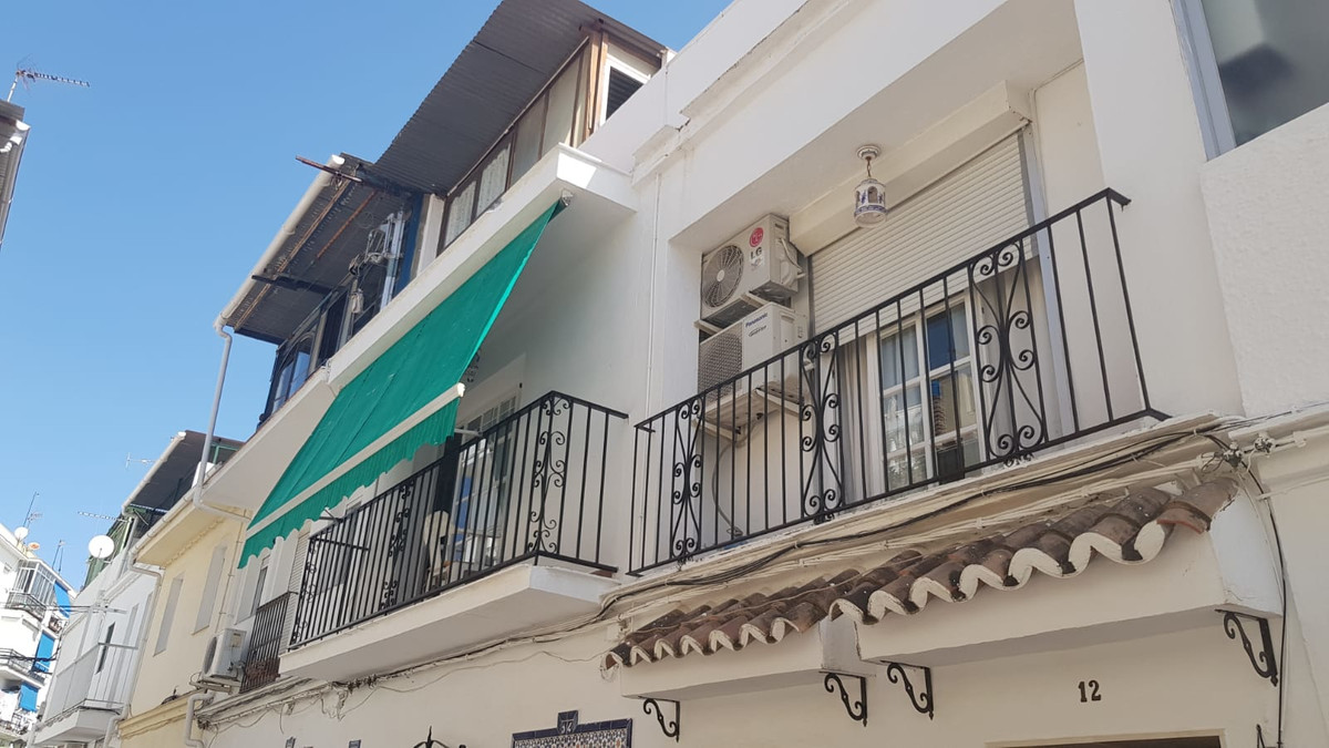 LOVE AND LIGHT. This great 2-storey house is located in a guarded area with a variety of services. W,Spain