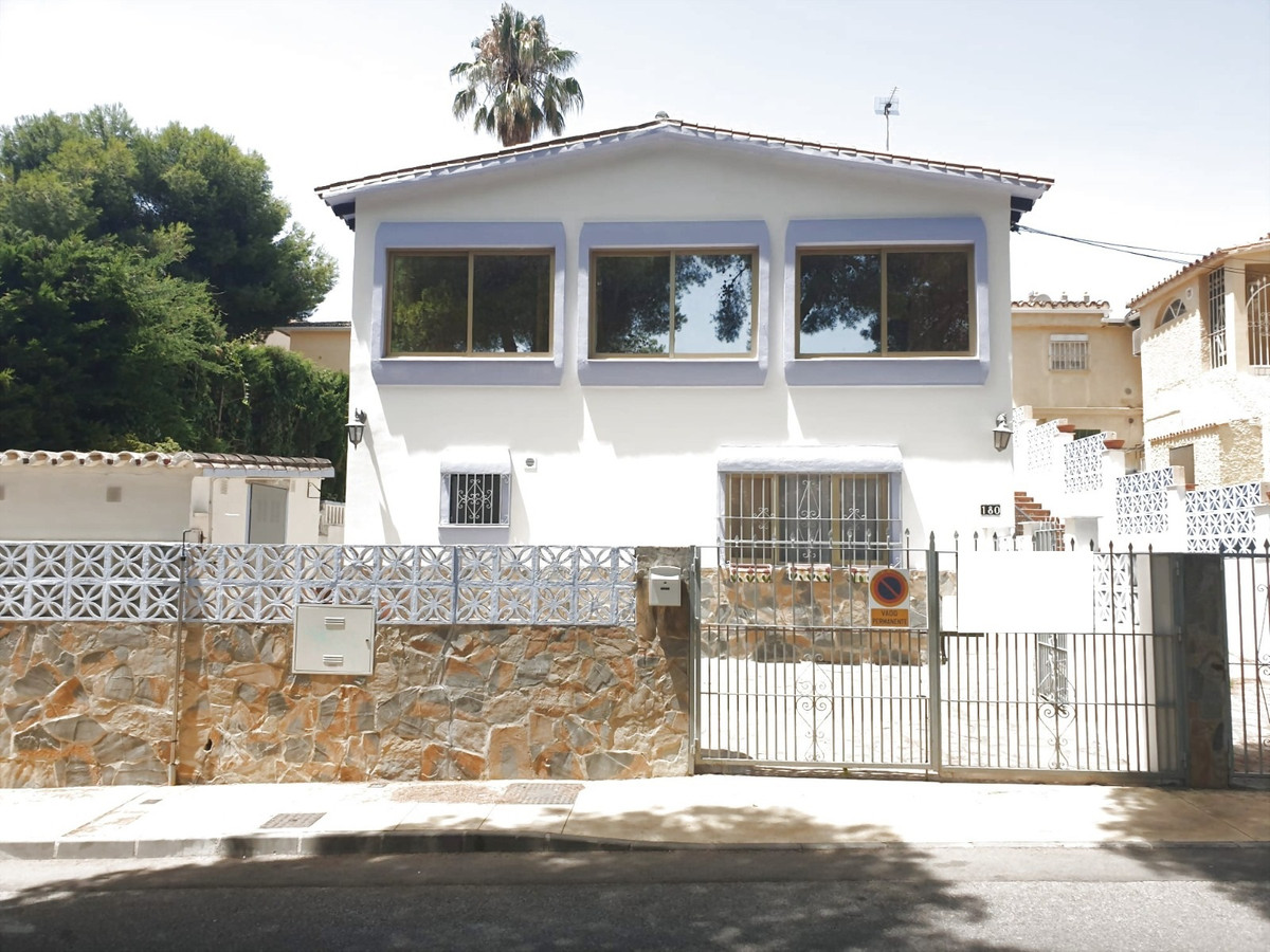 FANTASTIC OPPORTUNITY.  Andalucian style villa and an ideal home for a renovation project, in good l,Spain