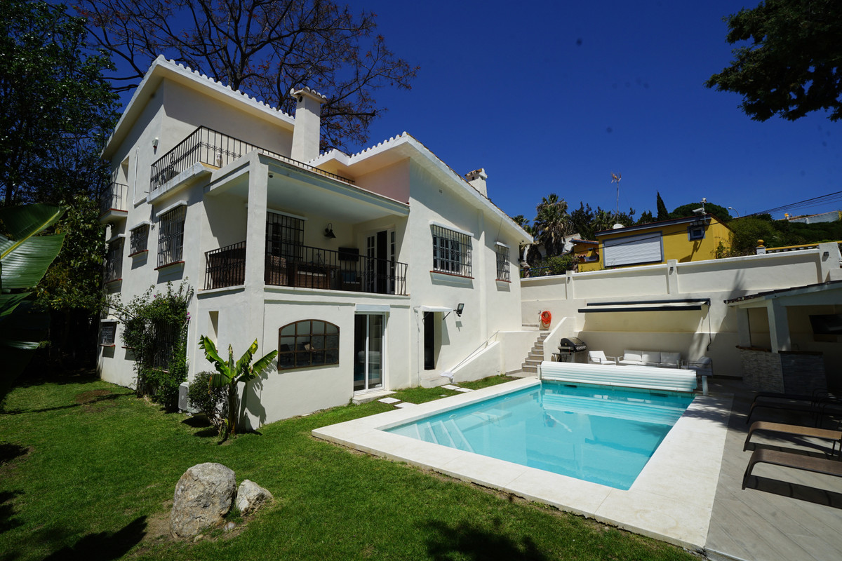 We are pleased to offer for sale this detached villa located in the popular area of Nueva Andalucia.,Spain