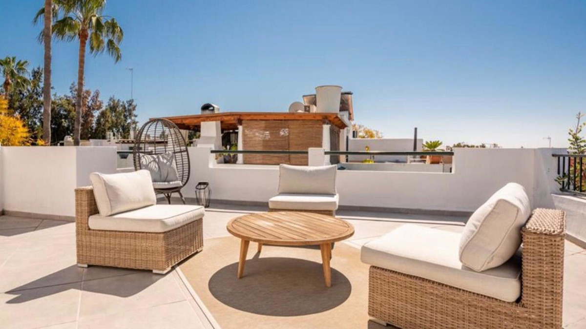 This is a beautiful, freshly renovated 3-bed townhouse within a quiet Front-line golf urbanisation i, Spain