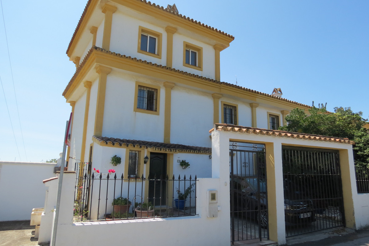 This is a wonderful opportunity to own a large, 3 story townhouse, 4 bedrooms,  private garden, smal,Spain