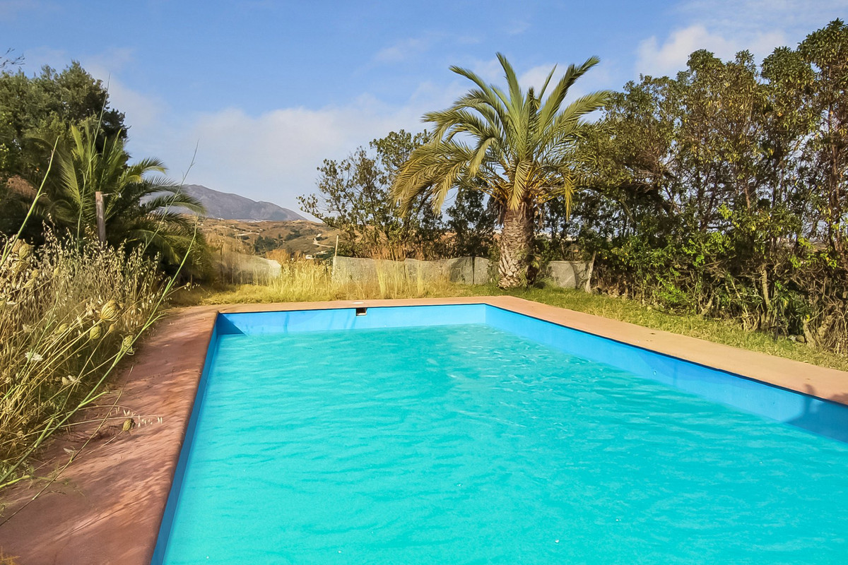 This is a great investment opportunity in two properties near Mijas. These two villas are located in,Spain