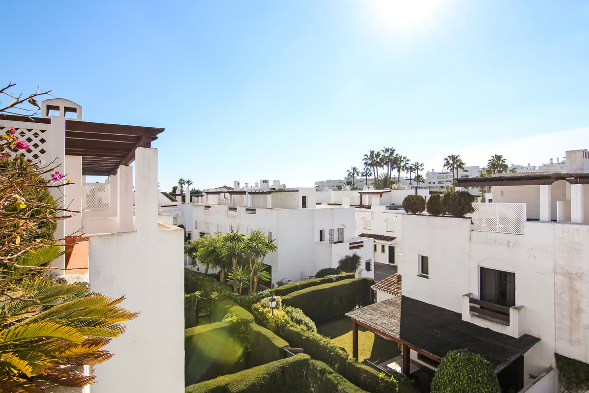 Fabulous Townhouse with 10 minutes walking distance to the beach. It is situated in a gated communit, Spain