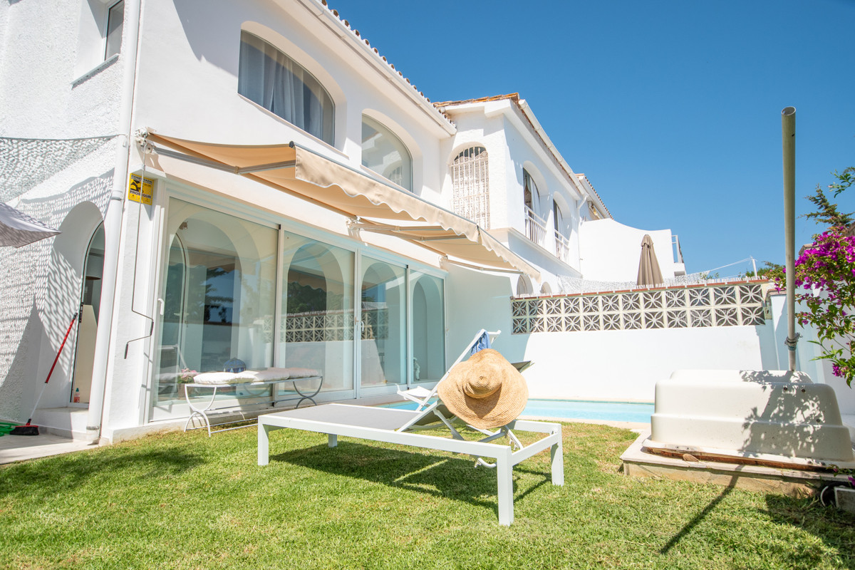 Luxurious chalet completely renovated a couple of months ago in Costabella, beach side, easy walking,Spain