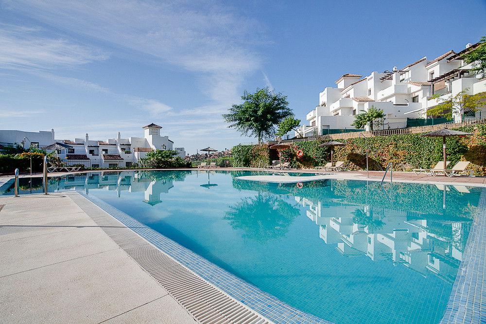Lovely first floor apartment in a very well maintained and established community. The community has , Spain