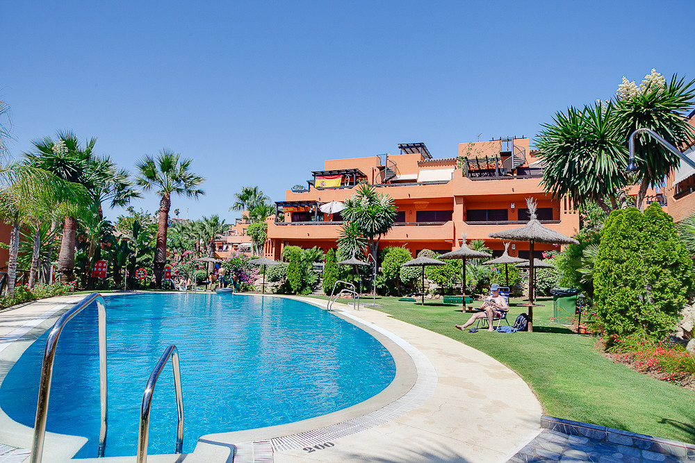 Ground floor apartment with private garden close to the beach and halfway between Estepona and La Du,Spain