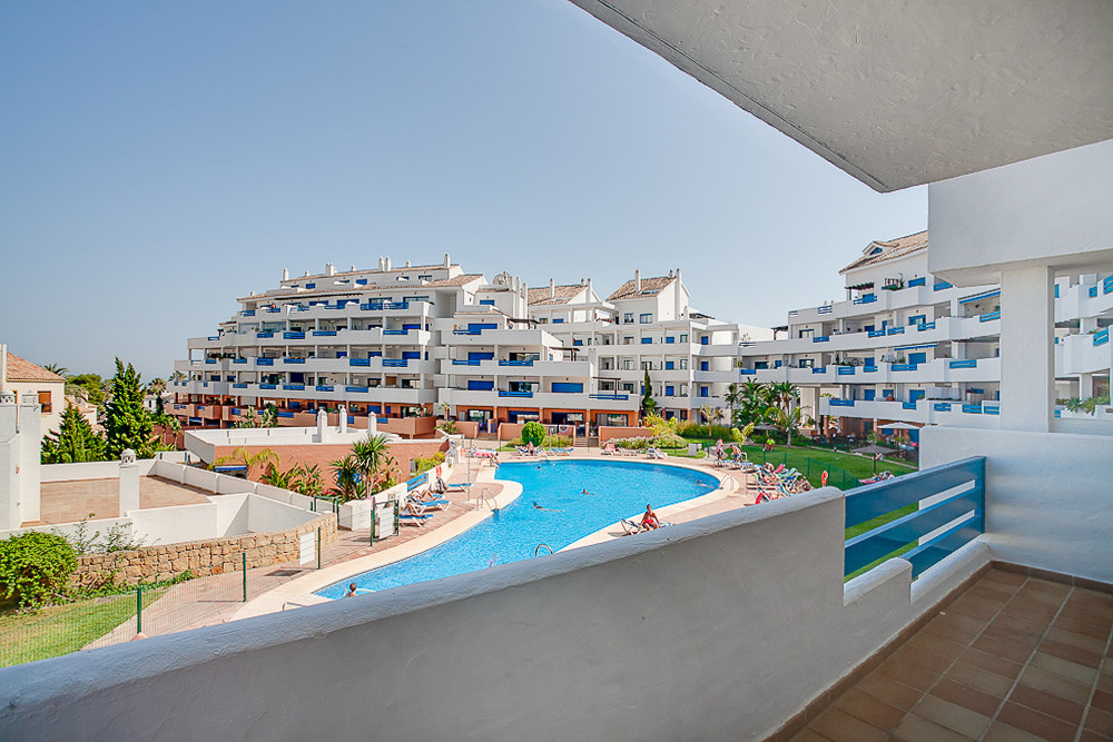 Fantastic family complex close to Duquesa port, witH 24 hr security, large pool and close to all ame,Spain
