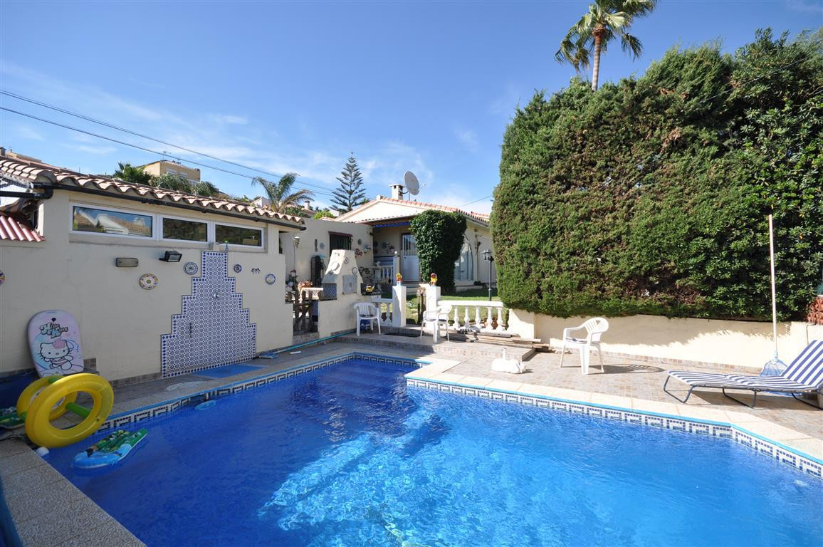 Atractive villa with private swimmingpool only 200 meters from the beach. Located in a well mantain ,Spain