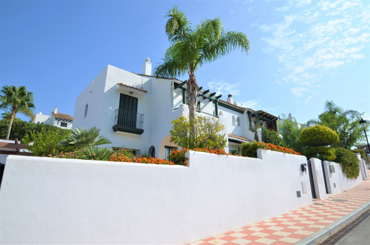 BEAUTIFUL  HOUSE, located in a well-maintained and quiet urbanization with COMMUNITY POOL in La Duqu,Spain