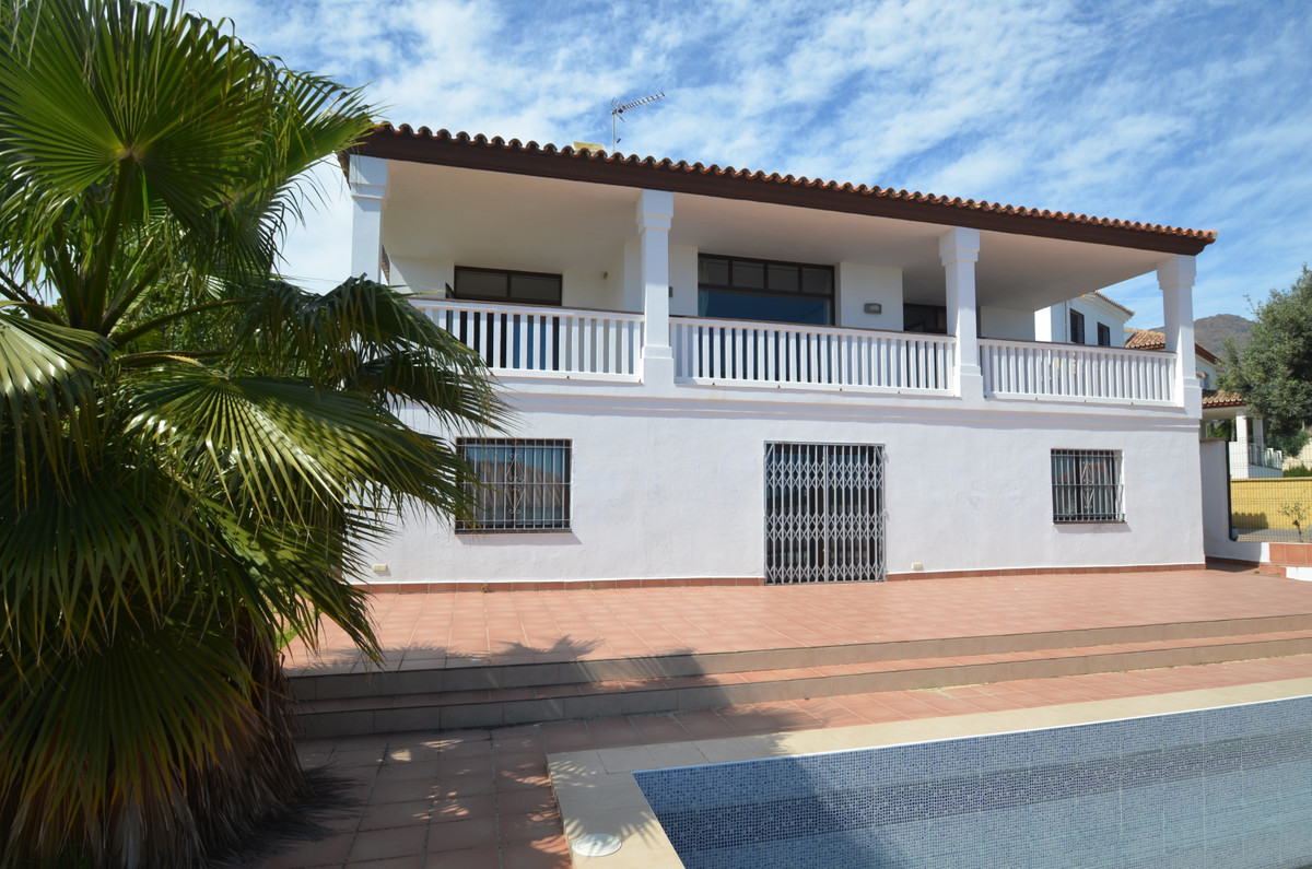 Beautiful villa located in a urbanization with a fantastic golf course, away from busy coast but locSpain