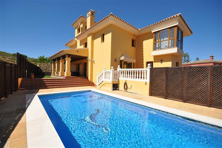 Beautifull and spacious villa on 3 levels, built using 1st quality materials. Easy mantaine garden w, Spain