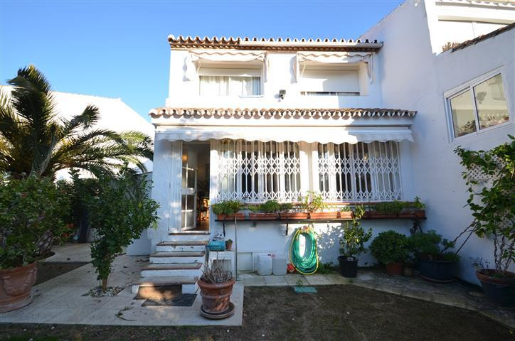Beautifull townhouse rustical style located in the area of La Duquesa, only 1,5kms from the atractiv,Spain