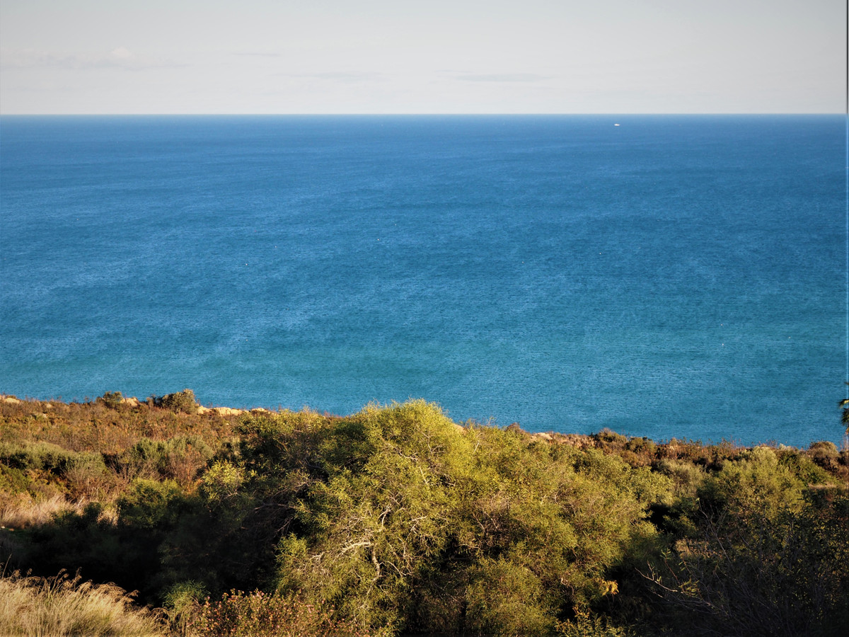 PLOT OF LAND for DETACHED VILLA, with a surface of 1.697m2, and a building volume of 33% (560m2), anSpain