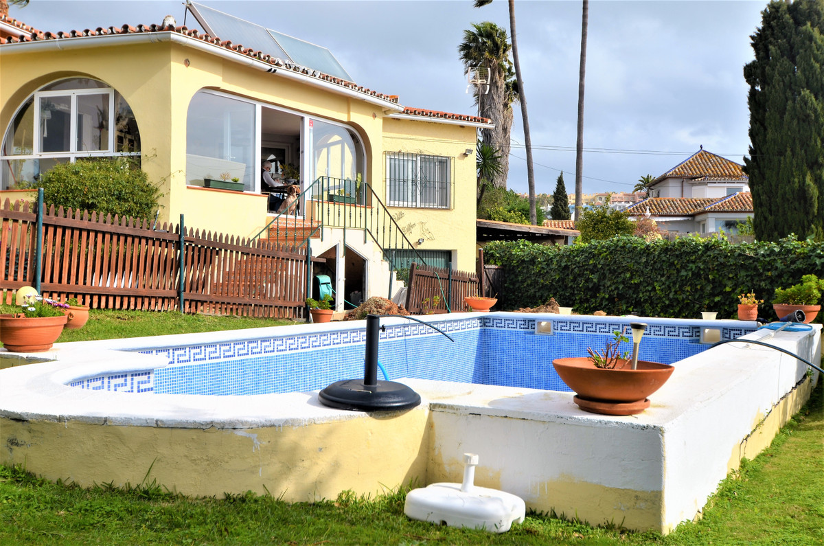 BEAUTIFUL VILLA WITH PRIVATE GARDEN AND POOL. Very bright, from where you can enjoy the amazing pano,Spain