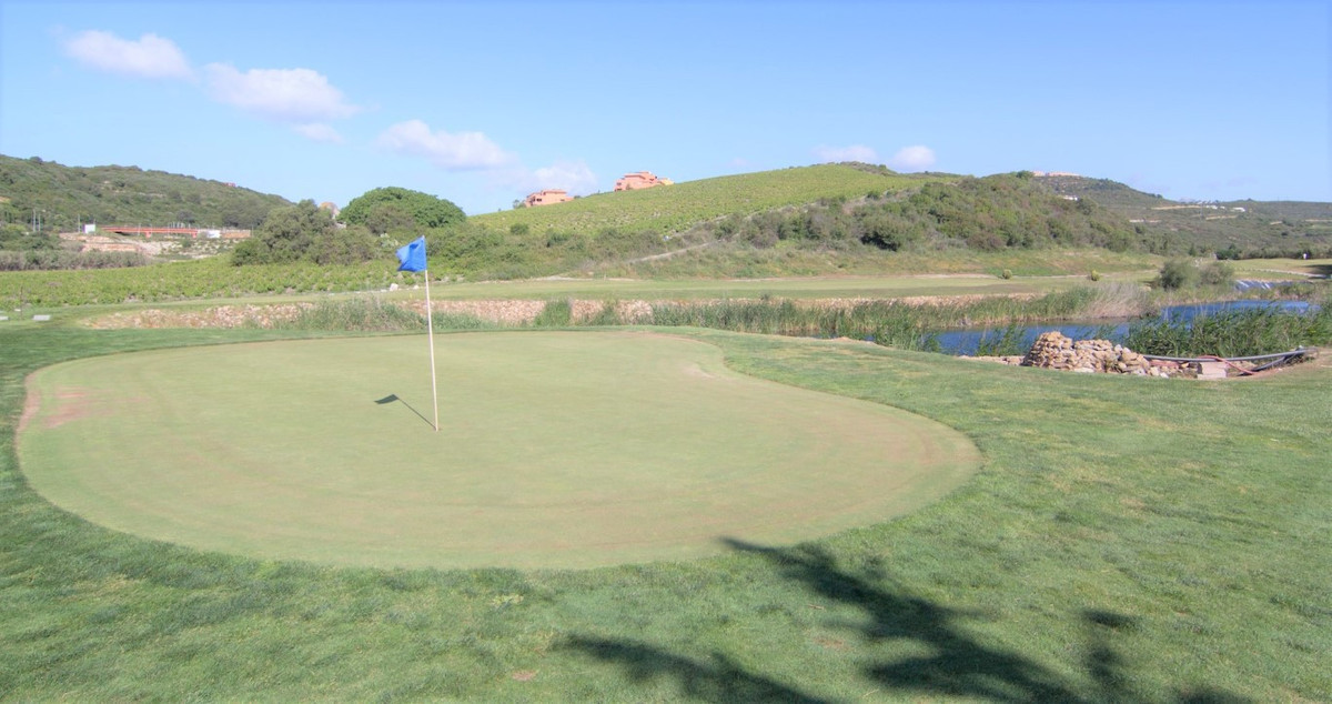 This 1.000m2 plot No. 8 is offered for sale in a prime spot on one of the most popular golf courses , Spain
