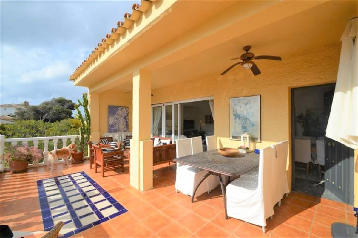 BEACH SIDE marvelous  villa built  in two levels, located in a very nice and quiet complex 5 minutes,Spain