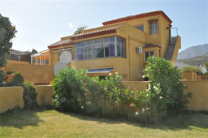 BARGAIN!!!!, Attractive villa on three levels, located in a urbanization with a fantastic golf cours, Spain
