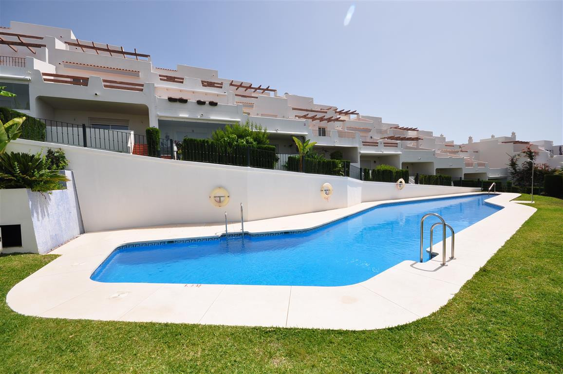 Magnificent semi-detached villa, located in a beautiful and quiet complex. Oriented to the southeast,Spain