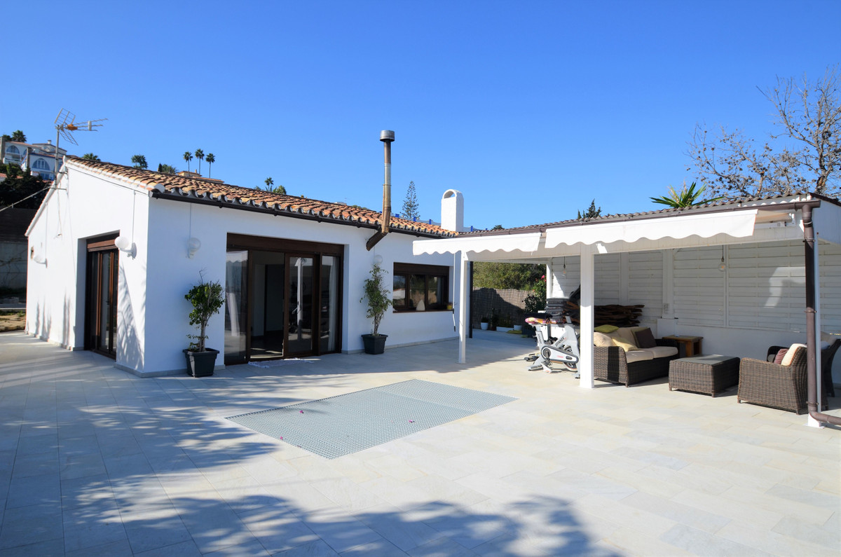 BEAUTIFUL VILLA SECOND LINE BEACHFRONT WITH MAGNIFICENT SEA VIEWS, 5 minutes drive from the city of Spain