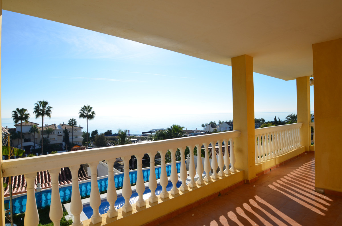 The property is located between the beautifull original fishing village of Estepona (6 km)and the at,Spain