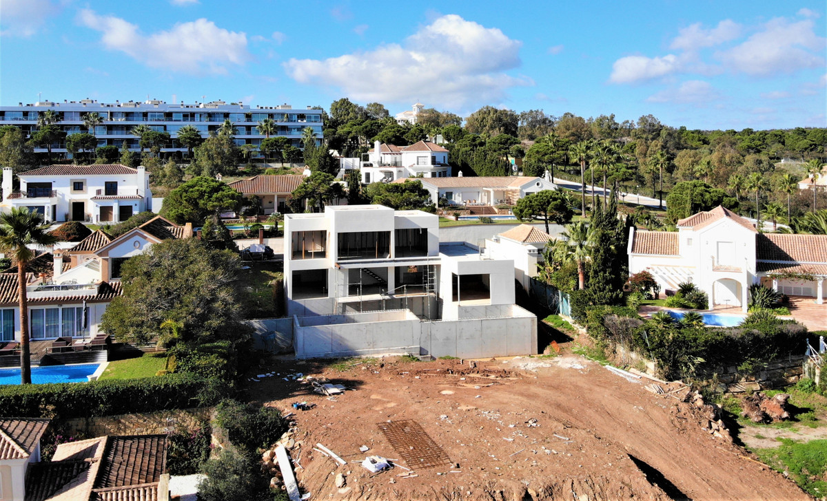 Project of an elegant and modern villa, located on elevated position in the Manilva area, 5 minutes Spain