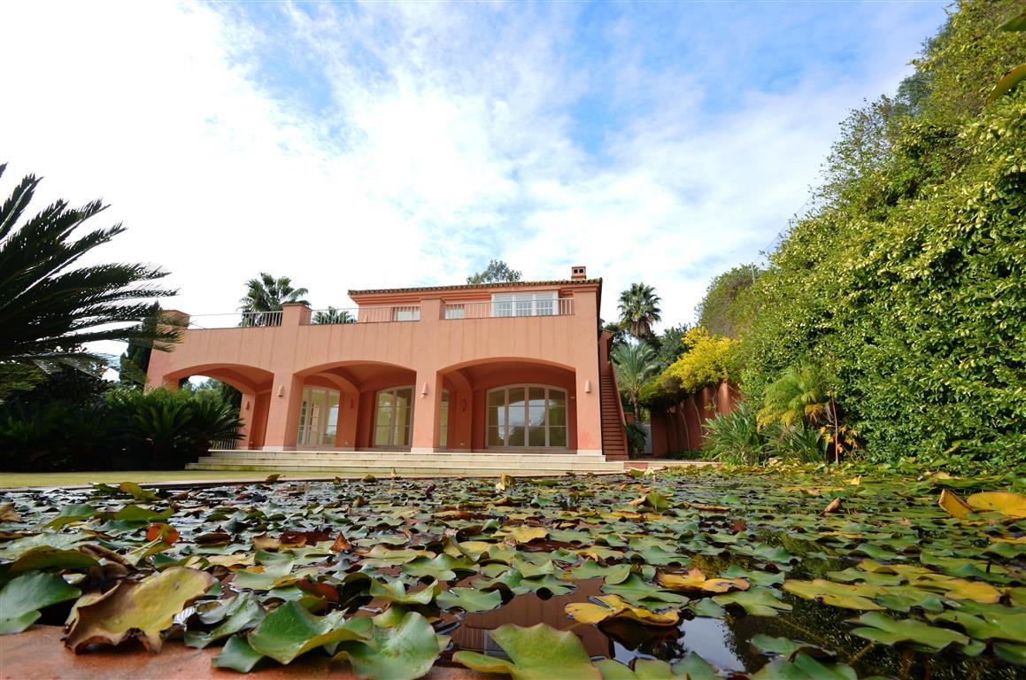Magnificent villa of beautiful design. Located in an incomparable setting, at the urbanization Sotog,Spain