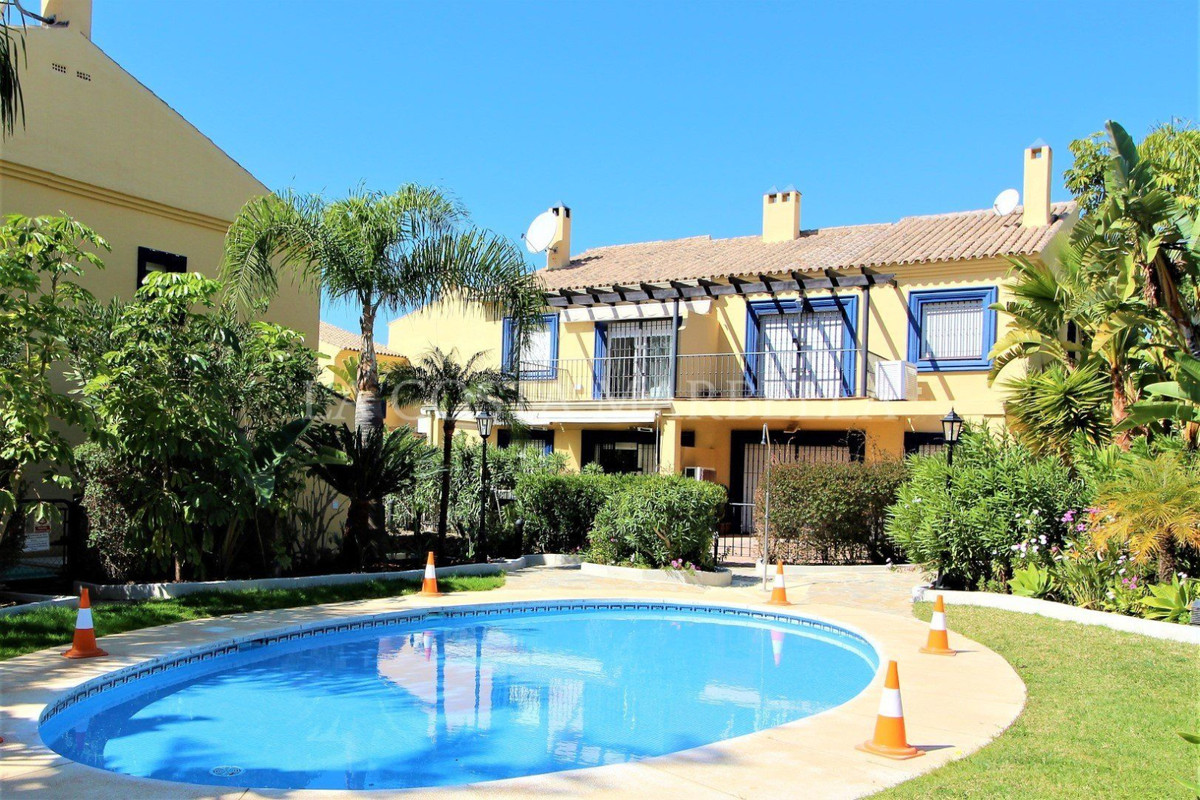 Very spacious semi-detached house just 500 meters from the beach, located in a beautiful and well-ke,Spain