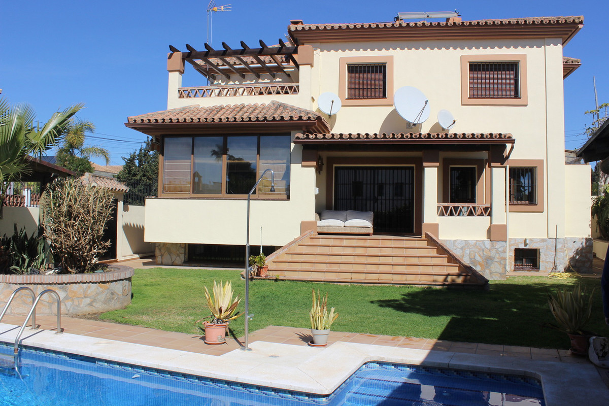 Villa for sale in San Pedro de Alcantara with 4 bedrooms and 5 bathrooms, with private swimming pool,Spain