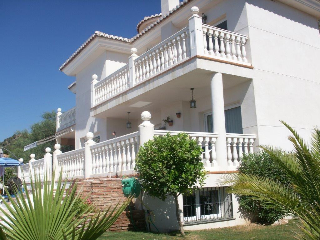 *** Recent price reduction from 695.000€ to 625.000€!!! ***  Impressive Villa at the entrance to the, Spain