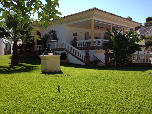 Spacious villa with 4 bedrooms, 3 bathrooms plus independent guest apartment in La Capellania, Benal, Spain