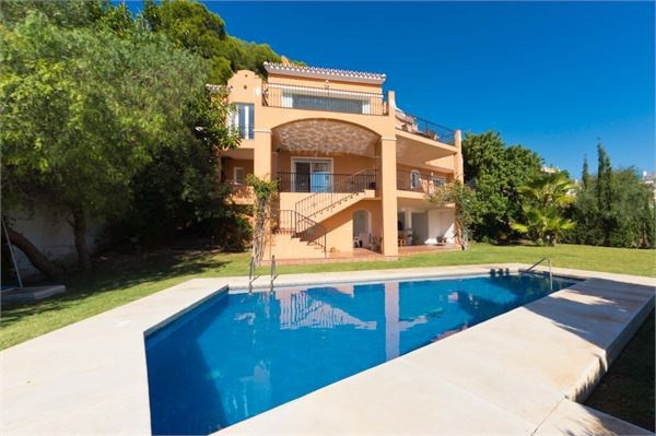 Amazing detached villa in the much sought after Urbanization of La Capellania. Set on 3 levels it co, Spain