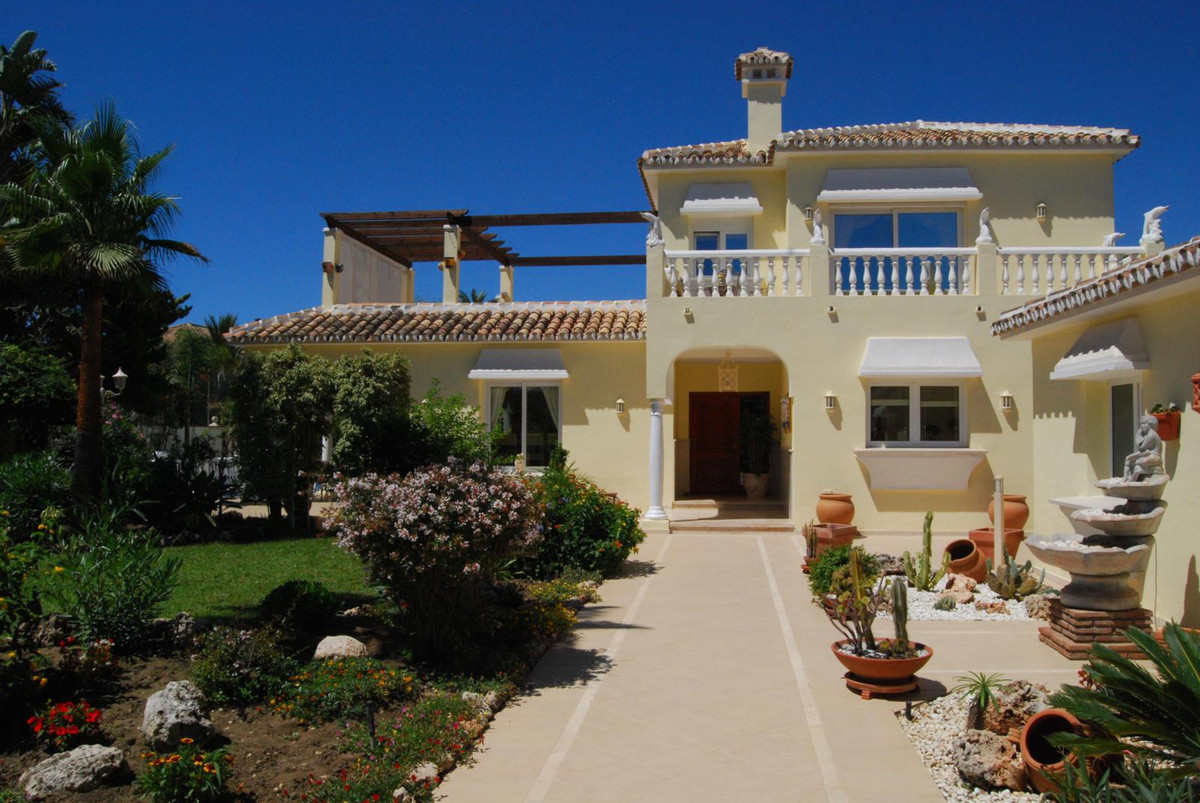This sunny beachside villa is located within  one of the most prestigious beach urbanizations of Mar,Spain