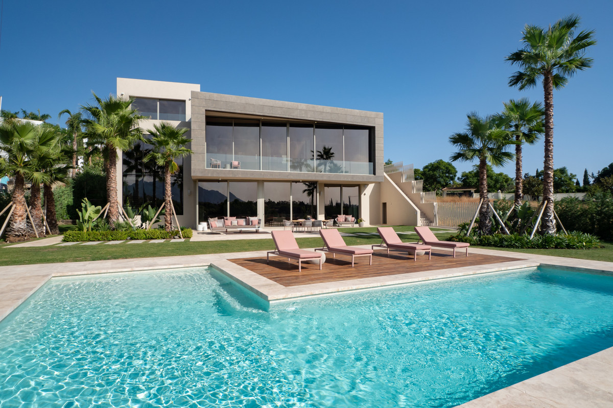 A timeless designed villa within a 5 star hotel and golf Resort.   This residence has been built to , Spain
