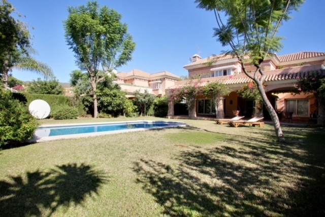 Lovely four bedroom villa in Las Brisas, Nueva Andalucia  close to all amenities, to the golf course, Spain