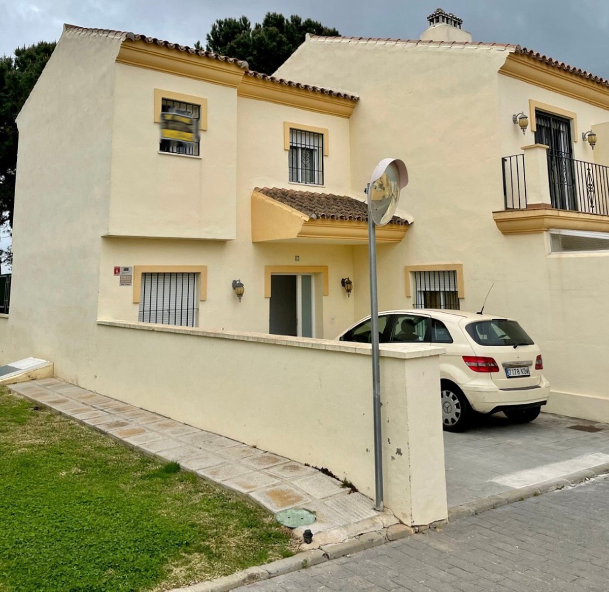 Beautiful townhouse in Elviria 2 parking at the main entrance next to the entrance. 2 floors of 75m2,Spain