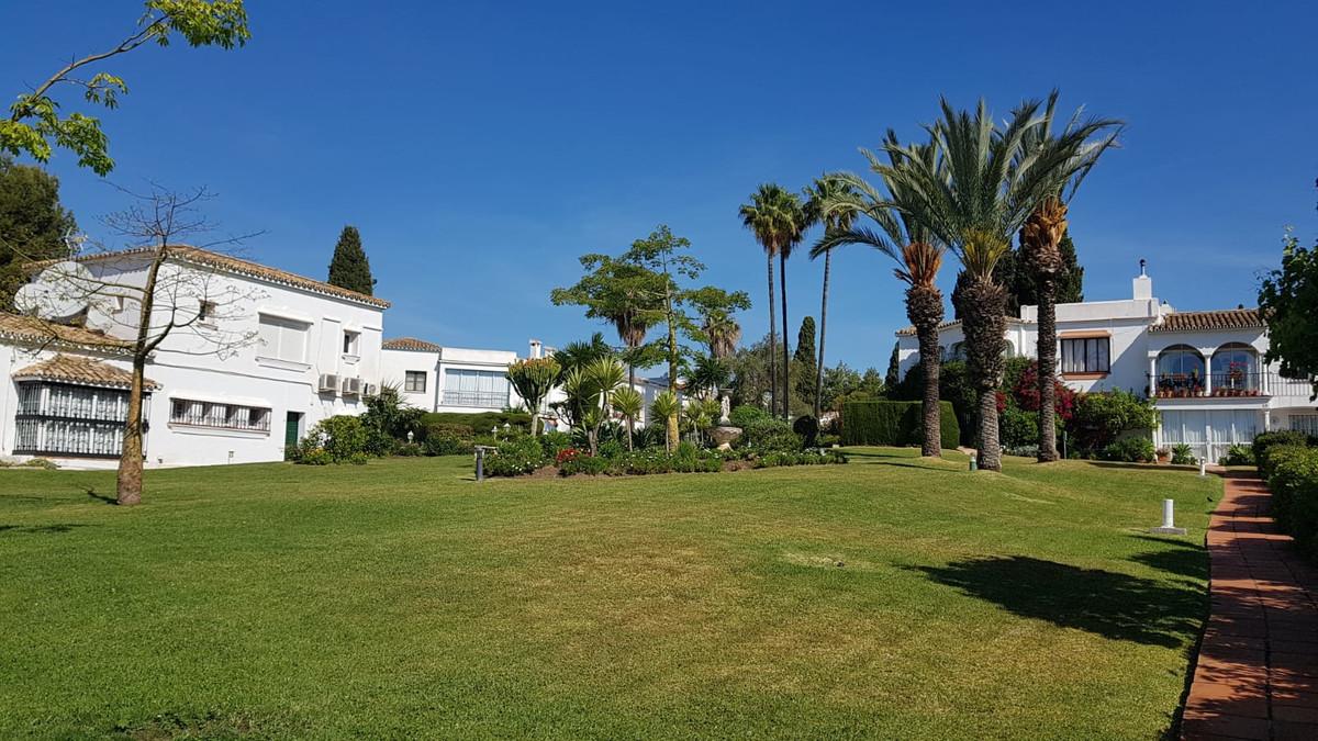 Marbella Banus Adosado en Venta en El Paraiso – R3421750