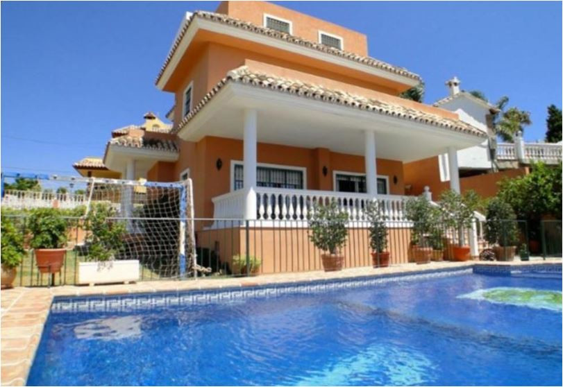 Villa in a central position close to supermarket, pharmacy, restaurants, bus stop and taxis. Very we,Spain