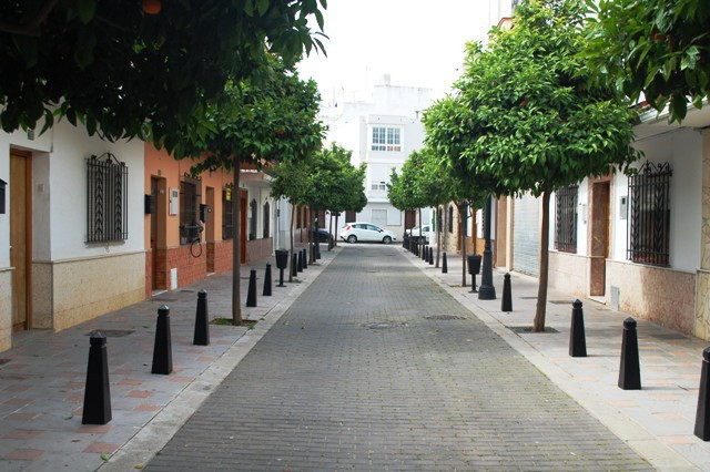 Townhouse in Fuengirola, Costa del Sol, the calle is very Spanish with orange trees the view is of the street, a perfect opportunity as the townhouse does need a total reform there are 6 bedrooms 2 bathrooms.  Within easy walking distance to the town, commercial area, beach and all transport parking is street. As a project, there is the possibly to reform into individual apartments or a large family home.  Townhouse, Fuengirola, Costa del Sol. 6 Bedrooms, 2 Bathrooms, Built 115 m².  Setting : Close To Shops, Close To Sea, Close To Town. Orientation : East. Condition : Renovation Required. Views : Street. Features : Near Transport, Near Mosque, Near Church. Furniture : Part Furnished. Kitchen : Partially Fitted. Parking : Street. Utilities : Electricity, Drinkable Water. Category : Bargain, Cheap, Reduced.
