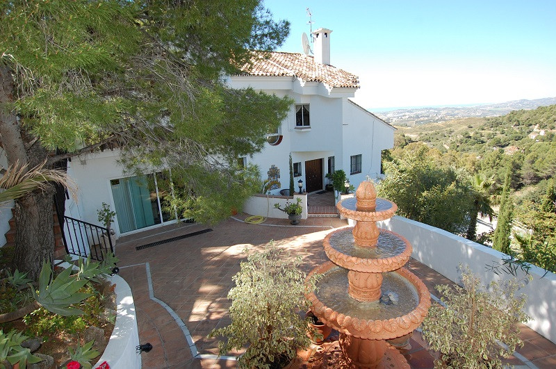 Luxury 4 bedroom private villa with unobstructed views .Situated on the top of a hill, the villa is ,Spain