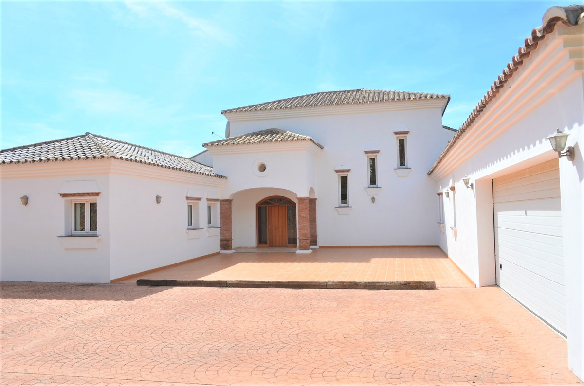 Magnificent villa situated on the idyllic urbanisation of Valtocado.  7 minutes drive to the popular,Spain